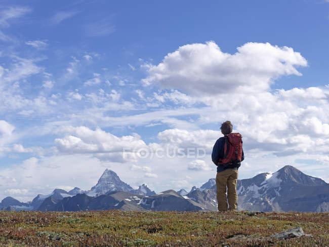 Alpinista de pé nas montanhas — Fotografia de Stock