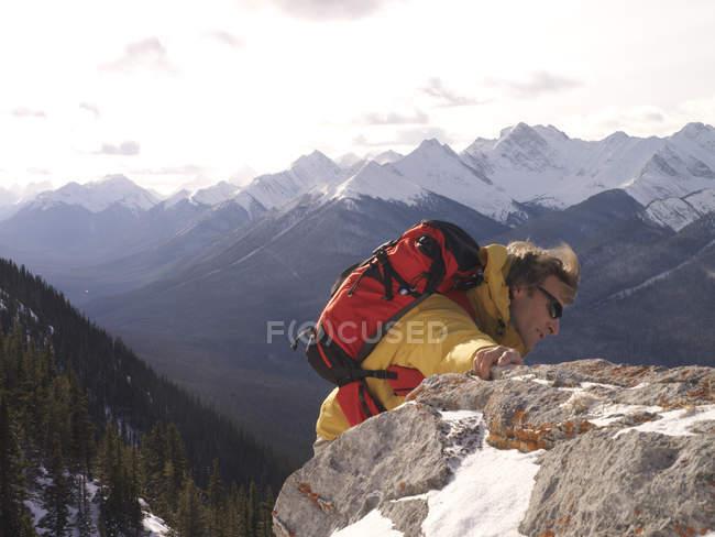 Uomo di arrampicata in montagna — Foto stock