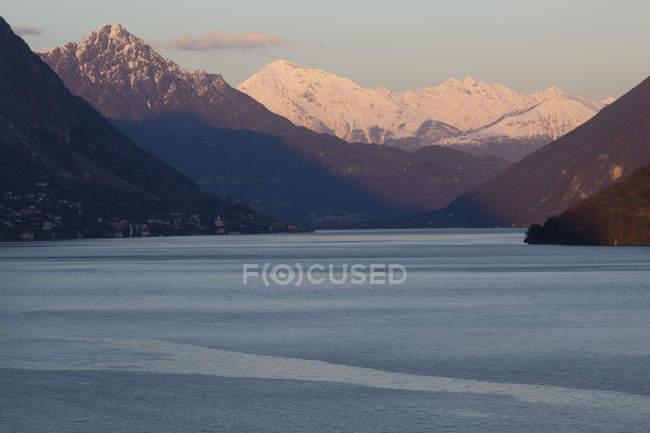 Visión idílica del río en las montañas - foto de stock