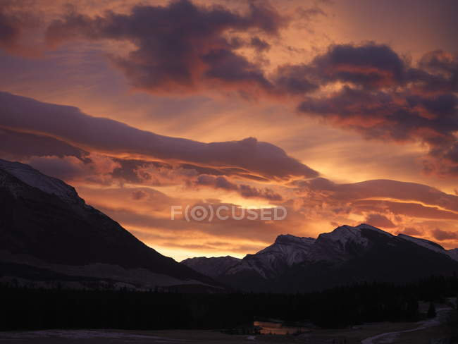 Beautiful mountainscape and cloudy sky — Stock Photo