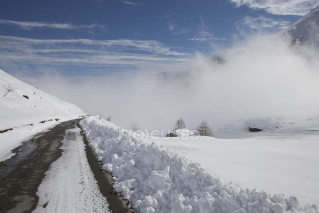 Снежная дорога в горах — стоковое фото