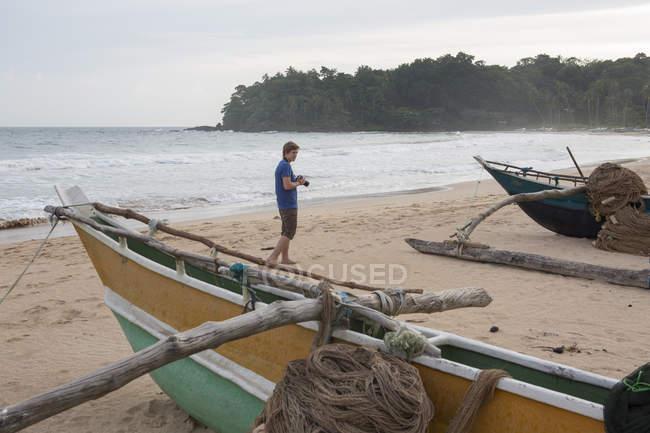 Tirando fotos de homem na praia — Fotografia de Stock