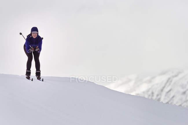 Женщина, Катание на лыжах на снежном склоне — стоковое фото