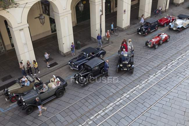 Old fashioned cars on cobblestone street — Stock Photo