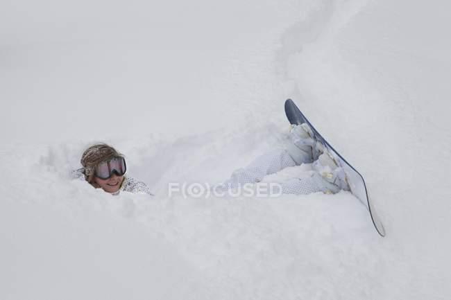 Женские прокладки в сугробе сноубордист — стоковое фото