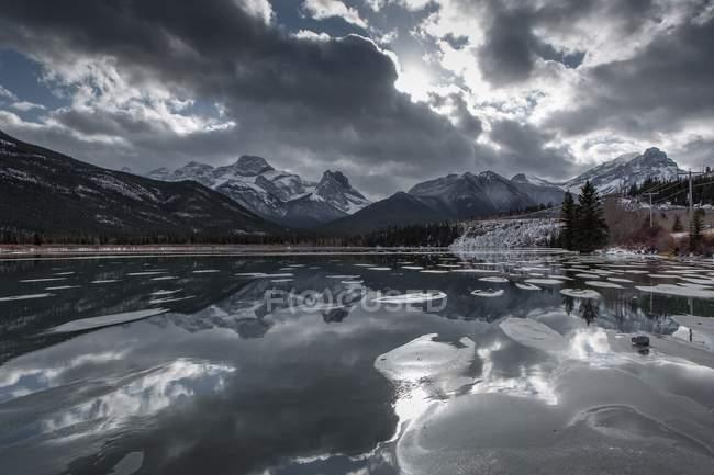 Горы и пасмурное небо, свое отражение в озере — стоковое фото