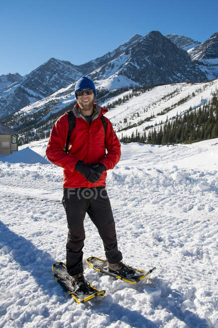 Hiker in snowy mountains looking at camera — Stock Photo