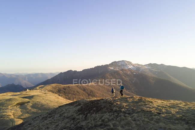 Coppie mature sulla cresta della montagna — Foto stock