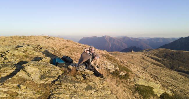 Pareja en Cordillera - foto de stock