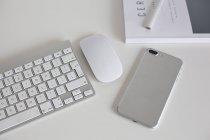 Smartphone e teclado minimalista — Fotografia de Stock