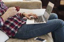 Homme utilisant un ordinateur portable — Photo de stock