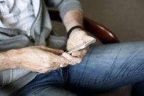 Чоловічі руки тримають смартфон — стокове фото