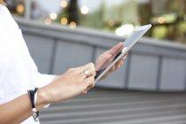 Manos femeninas sosteniendo tableta digital - foto de stock