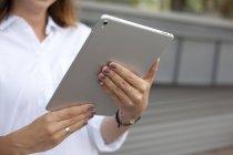 Женщины держат в руках цифровой планшет — стоковое фото