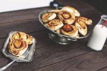 Cannelle pain petits pains avec bouteille de lait — Photo de stock
