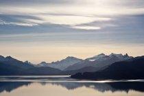 Paysage avec des pics de montagnes et le lac — Photo de stock