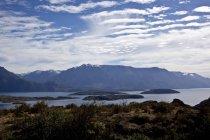 Paesaggio con cime di montagne e il lago — Foto stock
