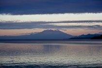 Paisagem com picos de montanhas e lago — Fotografia de Stock