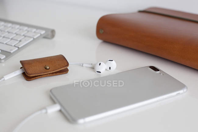 Навушники і смартфонів — стокове фото