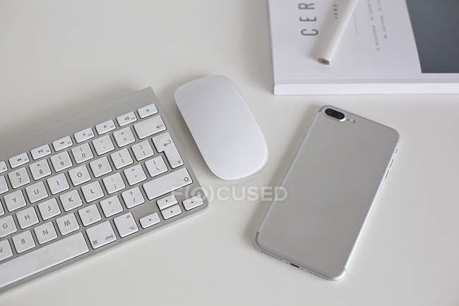 Minimalistic keyboard and smartphone — Stock Photo