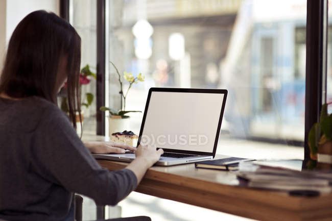 Женщина с ноутбука в кафе — стоковое фото