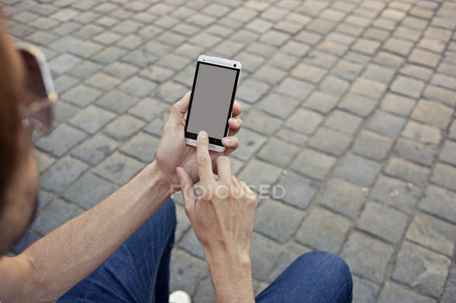 Man using smartphone — Stock Photo
