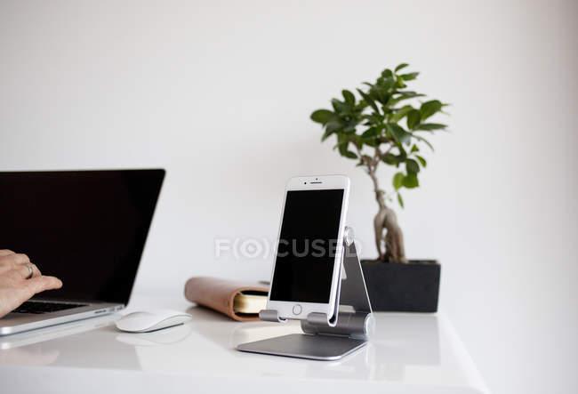 Main en tapant sur le clavier d'ordinateur portable — Photo de stock