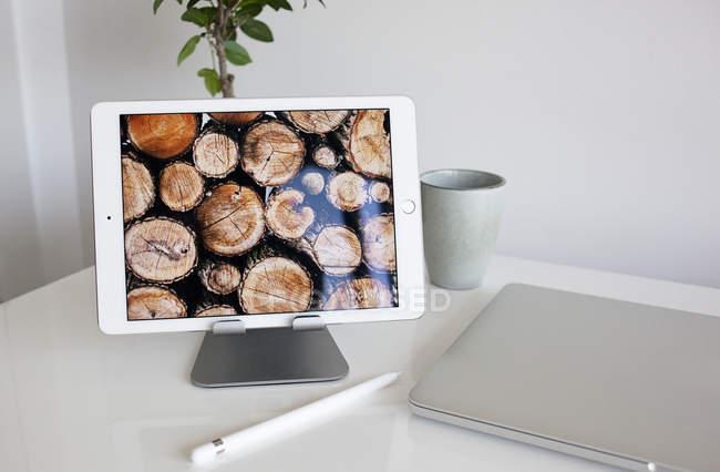 Цифровой планшет с карандашом — стоковое фото