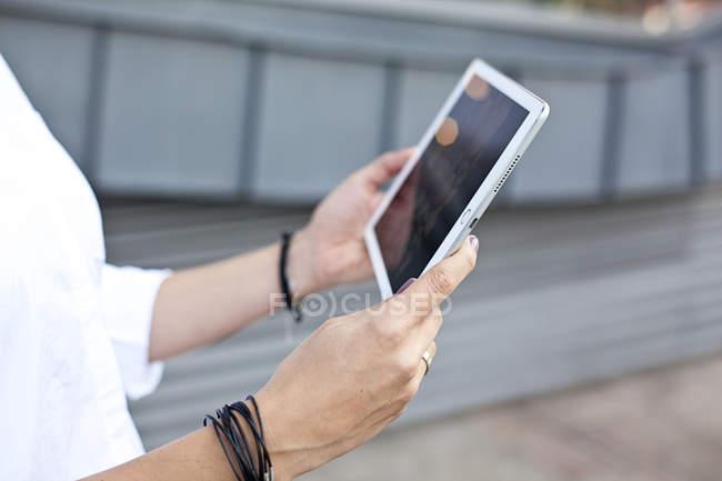 Mani femminili che tengono tablet digitale — Foto stock