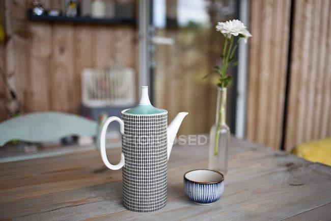 Tetera y taza de arcilla alta - foto de stock