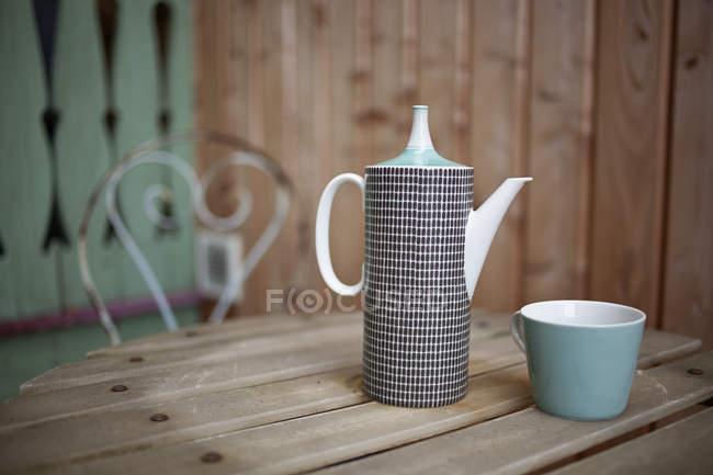 Талль глини чайник і чашки — стокове фото