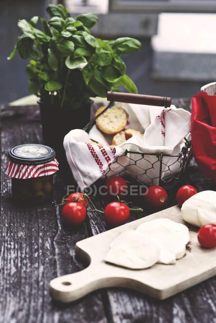 Mozzarella, Tomaten, Brotscheiben und Basilikum — Stockfoto