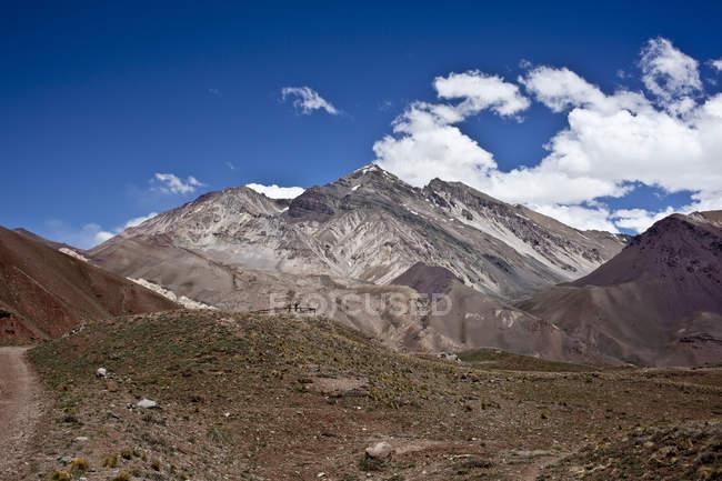 Paesaggio con catena montuosa picchi — Foto stock