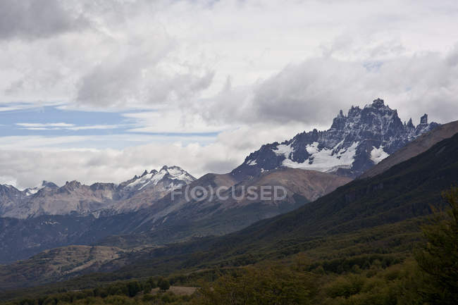 Paysage avec des pics de la chaîne de montagnes — Photo de stock