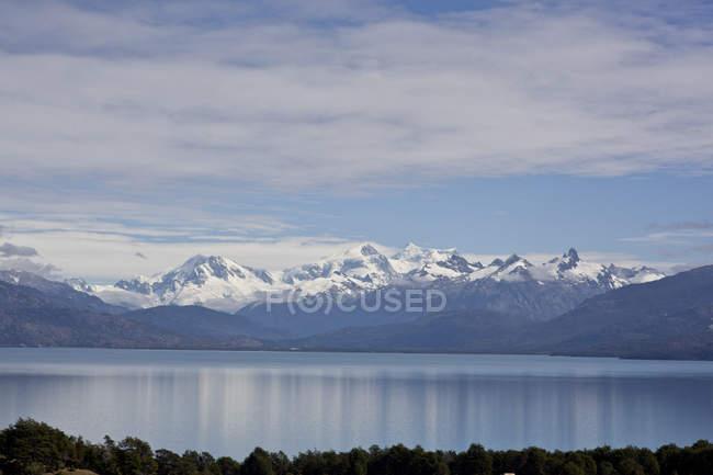 Paysage avec sommets montagneux et lac — Photo de stock