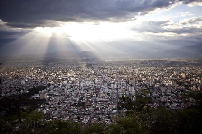 Міський пейзаж в долині між горами — стокове фото