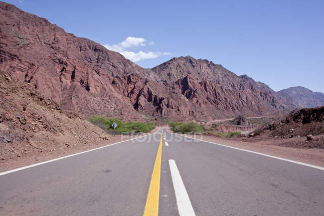 Landschaft von Argentinien mit Straßen- und Berge — Stockfoto