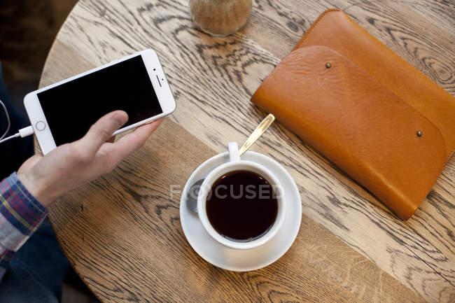 Männliche Hand Holding smartphone — Stockfoto