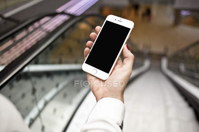Hand holding smartphone — Stock Photo