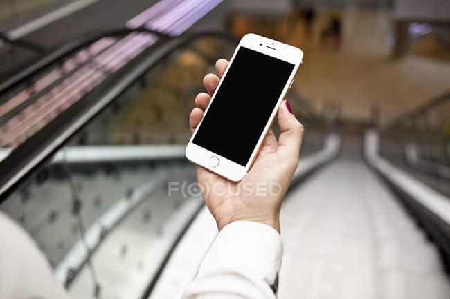 Mano tenendo smartphone — Foto stock