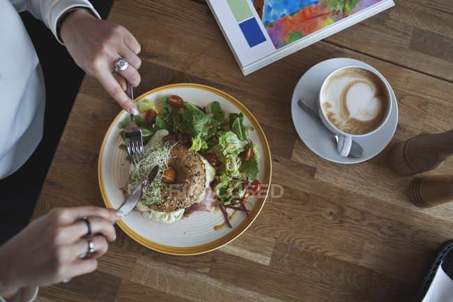 Женщина ест тосты и салат — стоковое фото