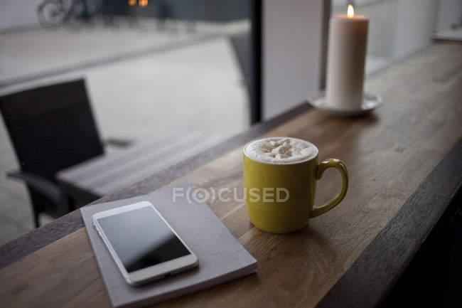 Смартфон, ноутбук и кофейная кружка — стоковое фото