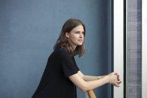 Брюнетка жінки, дивлячись у великі вікна — стокове фото