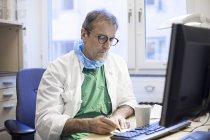 Хірург написання на столі — стокове фото