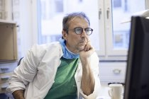 Surgeon doctor looking at screen — Stock Photo