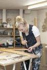 Weibliche Designer arbeiten mit Pinsel — Stockfoto