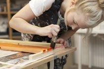 Femme designer travaillant avec brosse — Photo de stock