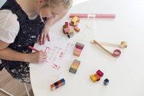 Dibujo de muebles de dibujo de diseñador femenino - foto de stock