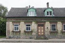 Fachada de casa vieja - foto de stock