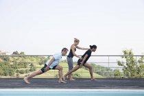 Insegnante di yoga correggere gli studenti — Foto stock